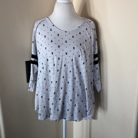 94a7b8bd34551 REDUCED! Torrid Hi Lo Shirt w  Little Black Skulls
